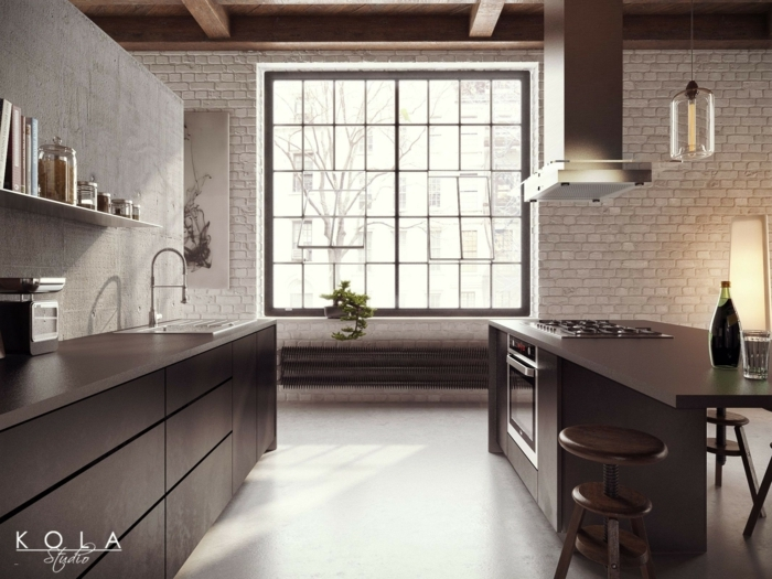 Fußboden Betonoptik, schwarze Regale, eine gut ausgestattete Kochinsel, ein Hocker