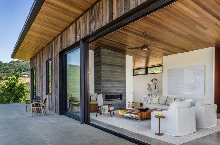 Luxus Ferienwohnung mit einer Terrasse, eine kleine Ecke als Wohnzimmer, Fußboden Betonoptik