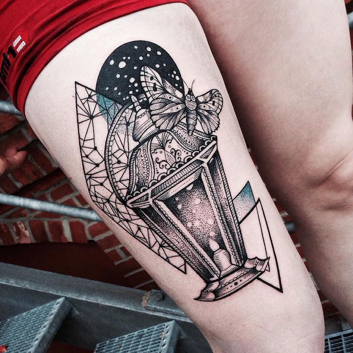 ein bein einer jungen frau und mit einer schwarzen laterne, ein schwarzer mond und viele weiße sterne, tattoo mit einem fliegenden schmetterling
