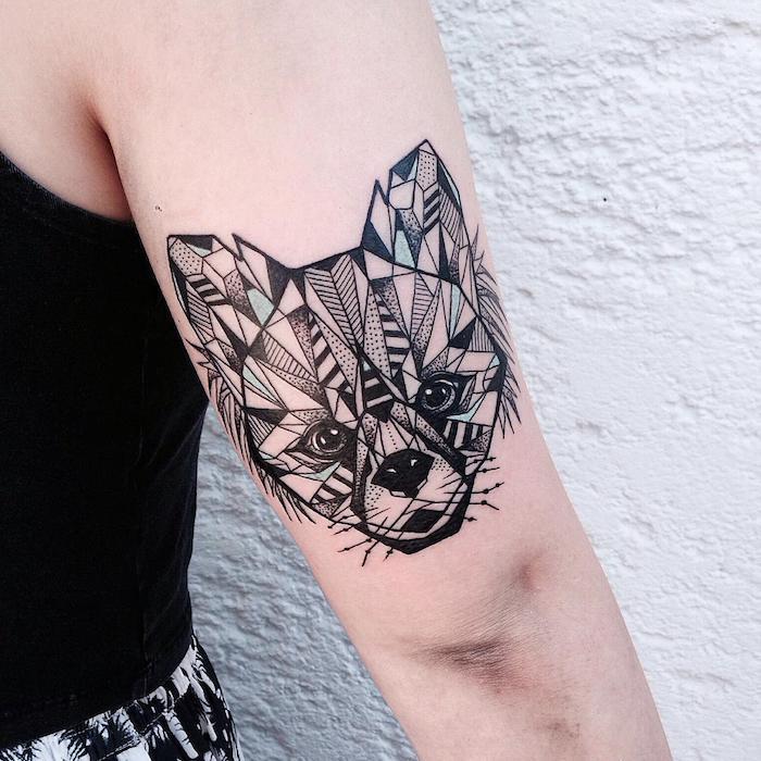 weiße wand und eine frau mit einer hand mit einem großen schwarzen geometrischen tattoo mit einem kleinen schwarzen fuc hs mit schwarzen augen