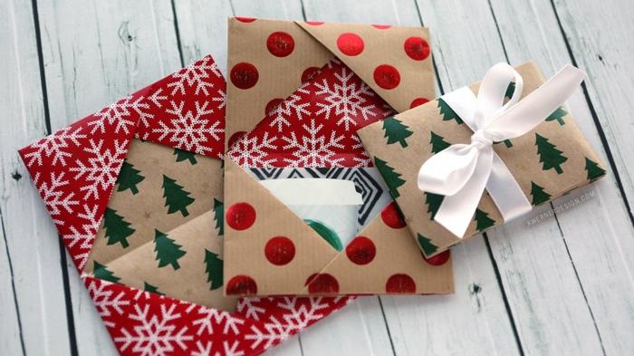 mit Geschenkpapier Geschenkgutscheine verpacken mit weihnachtlichen Mustern