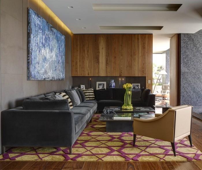 wohnideen wohnzimmer, gelber teppich, graues sofa, sessel in hellgelb, wandbild in blau und weiß