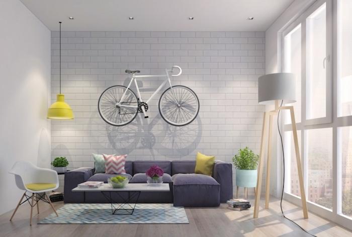 gemütliches wohnzimmer im skandinavischen design, schönes flair mit einem fahrrad an der wand, kompakte, smart einrichtung