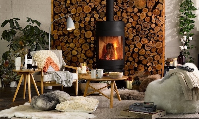 wohnzimmer deko ideen aus den skandinavischen ländern, holzstücke, holzmaterial, flauschige kissen, stehlampe
