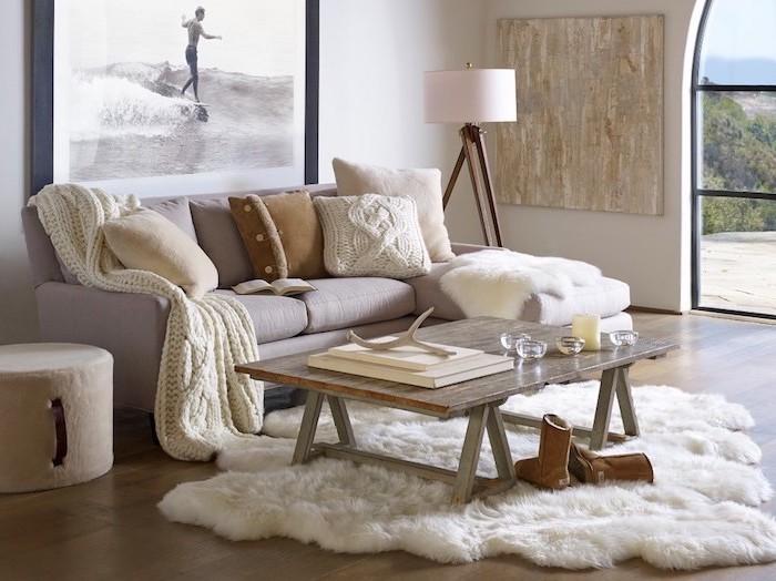 flauschiger teppich für ein gemütliches wohnzimmer, sofa weiß und grau, stehlampe, wanddeko