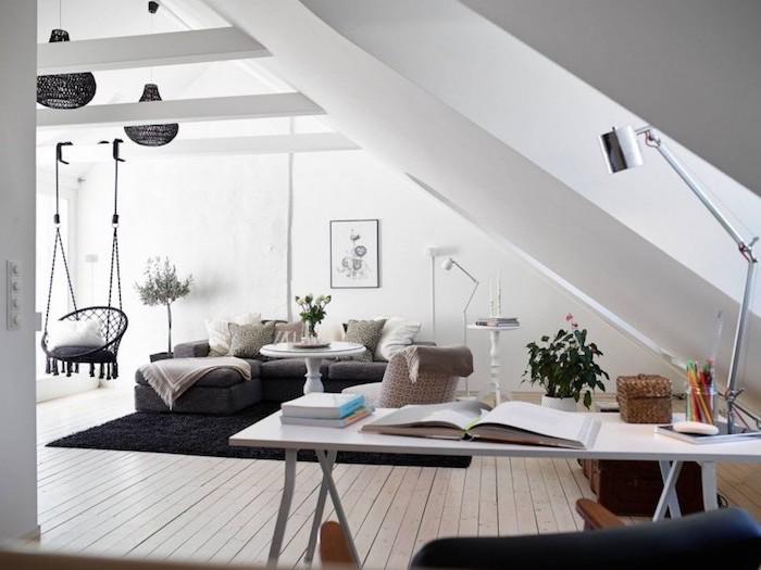 schwarz weißes gemütliches wohnzimmer mit einem hängesessel im hintergrund, schreibtisch
