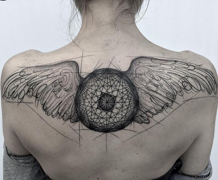 engel tattoos für frauen, kreis mit flügeln, geometrische motive, blackwork