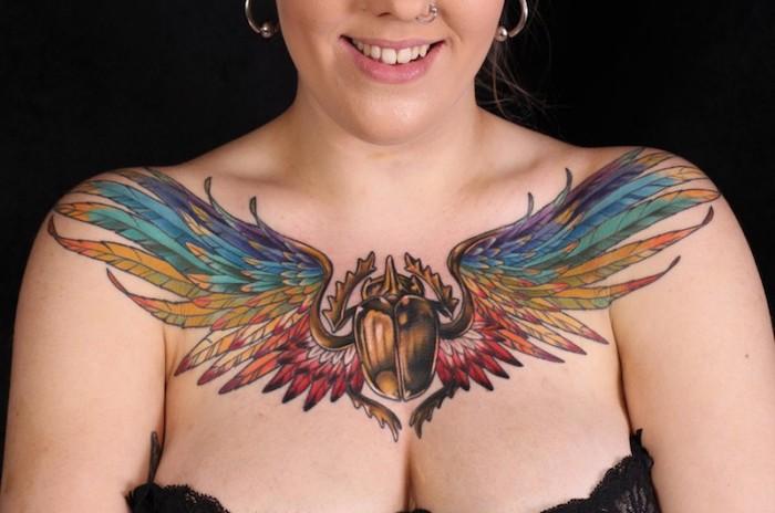 engel tattoos für frauen, große farbige tätowierung, goldenes skarabäus mit flügeln
