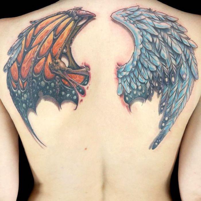 täufel und engel tattoos für frauen, blaue federn, rücken tätowieren lassen