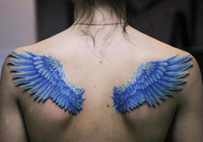 engel tattoos für frauen, engelsflügel mit blauen federn, 3d tätowierung, zwei flügel