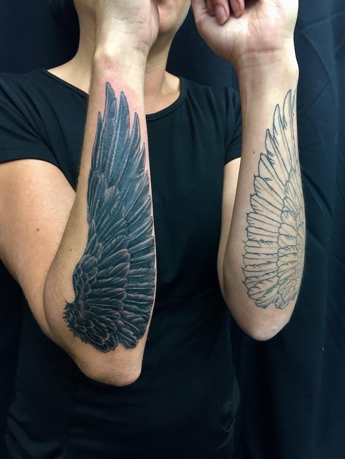 zwei flügel an den ärmen, engelsflügel tattoo arm, schwarzer t shirt, frau