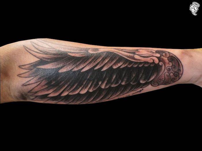 engelsflügel tattoo arm, großer flügel am unterarm, realitisches design