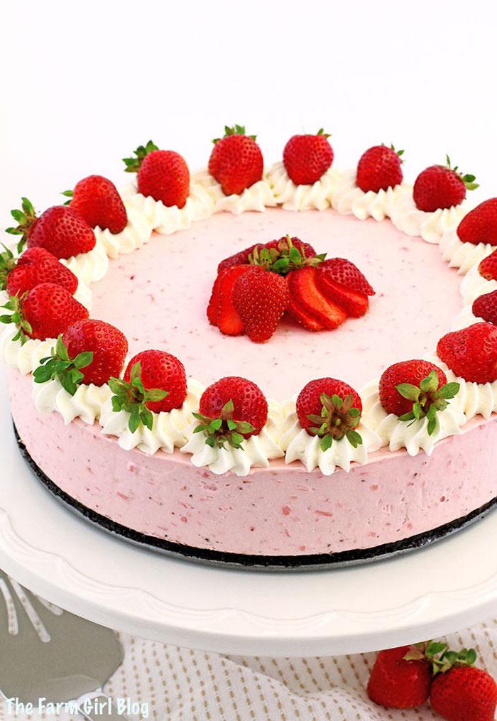 erdbeeretorte ohne backen, käsekuchen mit erdbeeren dekoriert mit sahne und stücke früchte