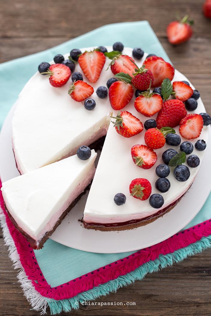 erdbeeretorte ohne backen, stück schneiden, kuchen mit erdbeerne und blaubeeren