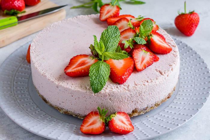 erdbeeretorte ohne backen, stücke erdbeeren, creme mit obst, boden aus keksen