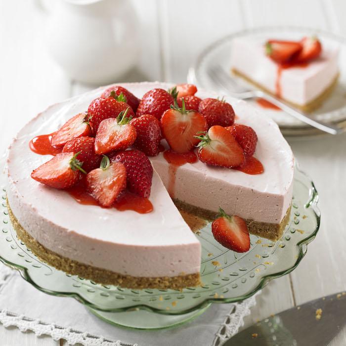erdbeeretorte ohne backen zubereitung, geschnittene erdbeeren, tortengestell aus glas