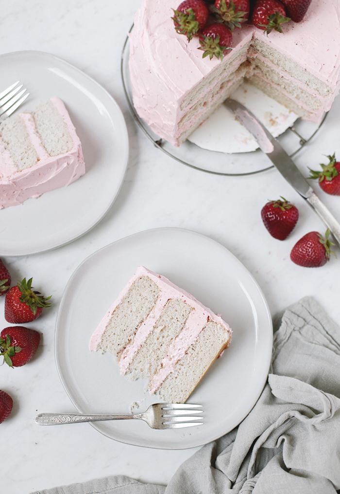 Torte mit Erdbeerglasur und frischen Erdbeeren selber machen, leichtes Rezept
