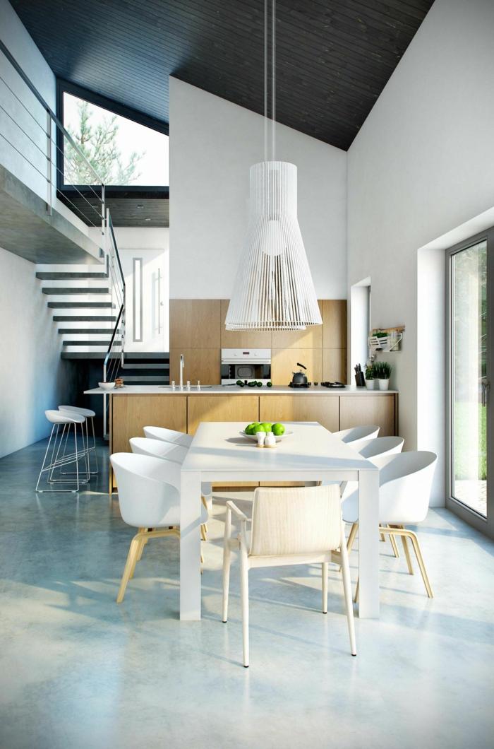 ein großer, weißer Tisch mit sieben Stühlen, eine Küche im Hintergrund, Lampenschirme