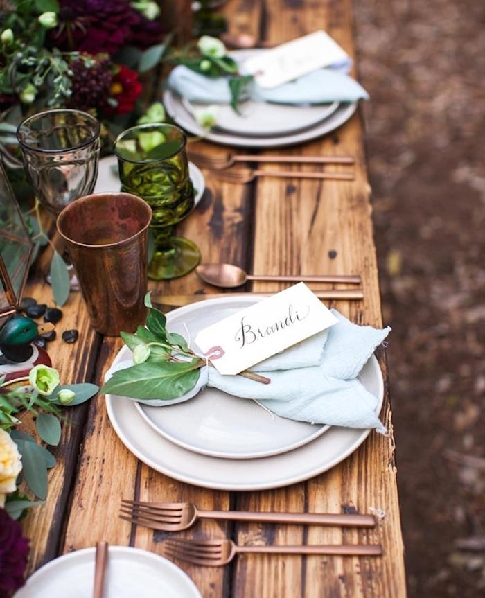 Ideen für Landhaus Tischdekoration, hellblaue Serviette, kleiner Strauß mit Anhänger