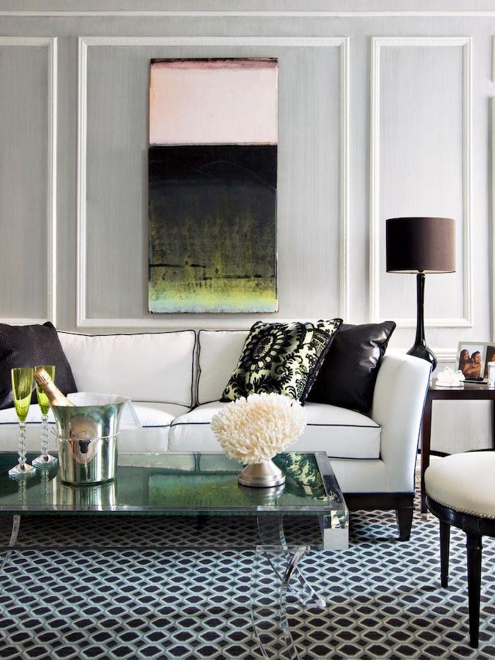 farbpalette grün, boden mit geometrischen motiven, weiße blumen, tisch aus glas
