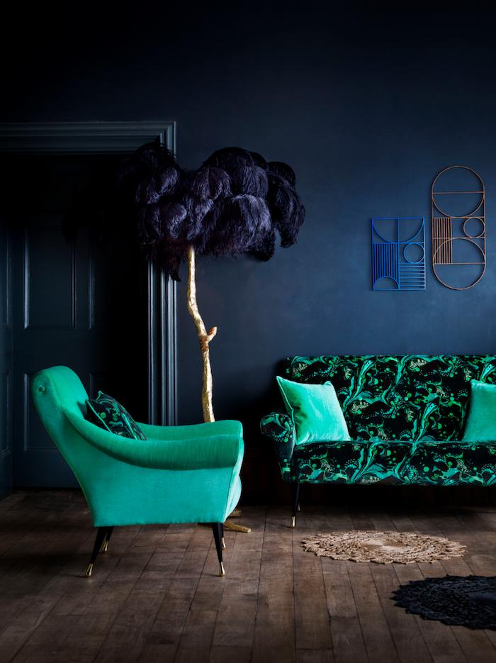 farbpalette grün, designer möbel, dunkelblaue wandfarbe, sitzmöbel aus samt, boden aus holz