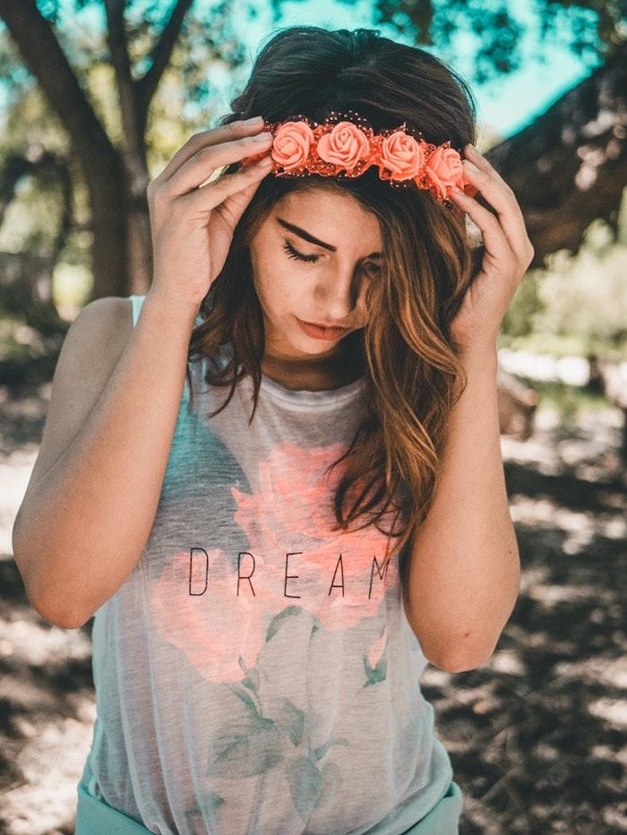 bob für feines haar, balayage, karamel farbe strähnen in den haaren, haarkranz aus rosen, tshirt mit aufschrift, traum