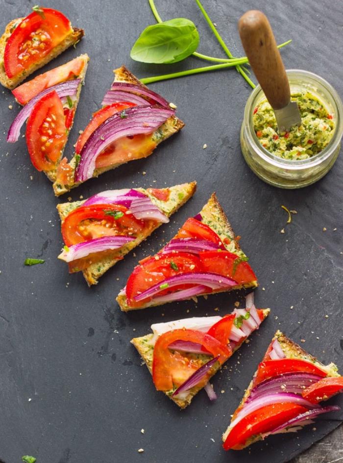 fingerfood ideen, mini pizzas mit tomaten und rotem zwiebel, eimachglas mit gewürz