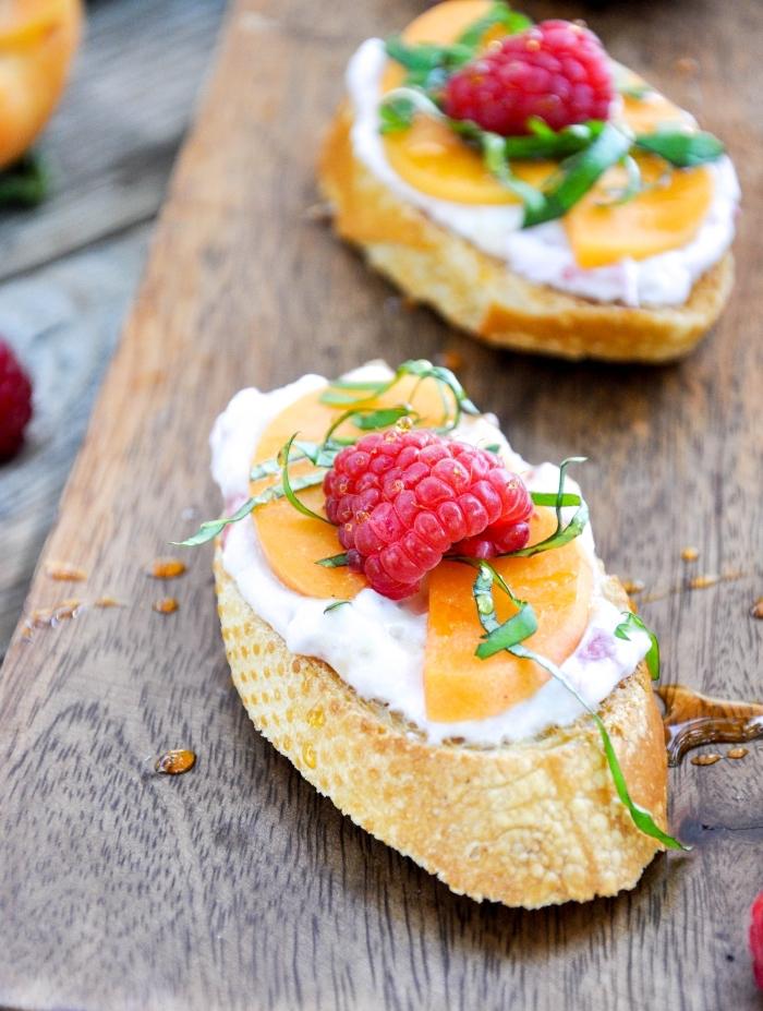 fingerfood ideen, süße bruschettas mit frischkäse und obst, himbeerne und pfirsiche, brot