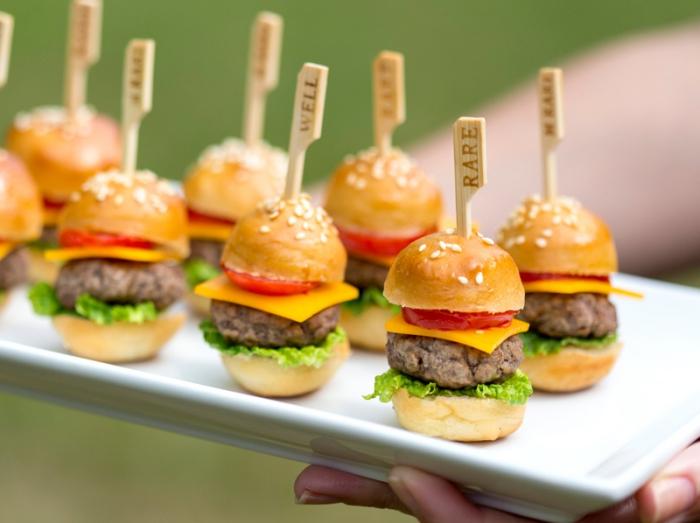 fingerfood ideen und rezepte, mini burgers mit cherry tomaten, käse und grünem salat