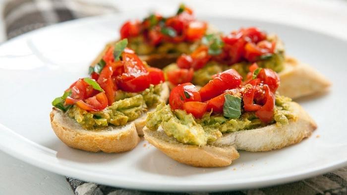 fingerfood kalt, bruschettas mit avocado und rotem paprika, kleine scheiben brot