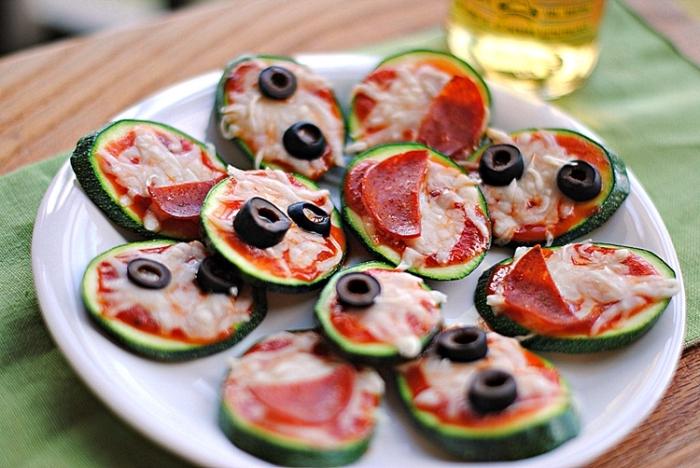 fingerfood kalt, einfache häppchen aus gurken, tomatensoße, käse und oliven