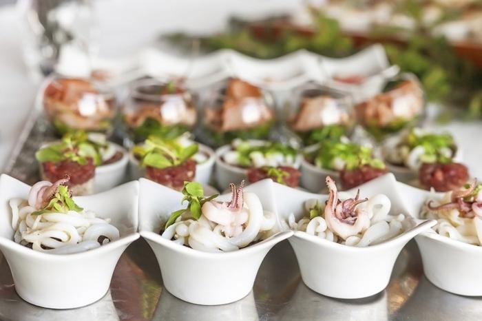 japanische häppchen, fingerfood kalt, kleine weiße keramische schüssel, partyessen