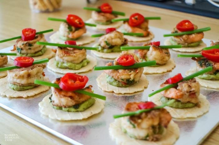 silberne platte, häppchen mit fleisch und gemüsesoße, fingerfood schnell, roter paprika