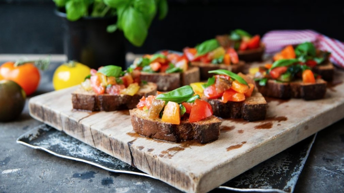 bruschetten mit roten und gelben cherry tomaten und basilikum, fingerfood schnell, vorspeise