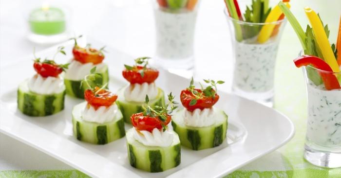 fingerfood schnell, scheiben gurken mit frischkäse und cherry tomaten, sommer rezepte
