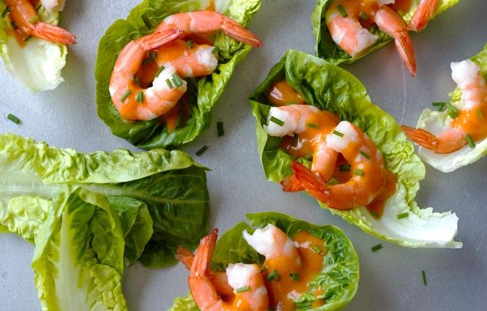 fingerfood schnell und einfach, mini tacos aus grünem salat, garnelen und soße