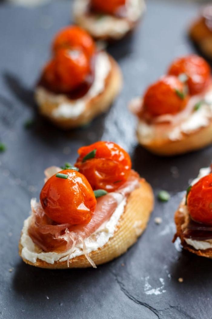 fingerfood silvester, bruschettas mit cherry tomaten, lachs und frischkäse, kleine scheiben brot