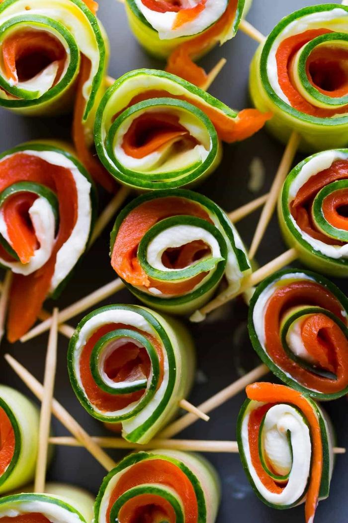 fingerfood silvester, einfaches rezept, gurken mit lachs und frischkäse, holzstäbchen