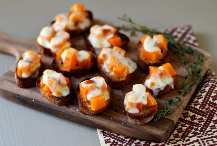 fingerfood silvester, gebackene brotscheiben mit süßem kartoffel und käse, gesund essen