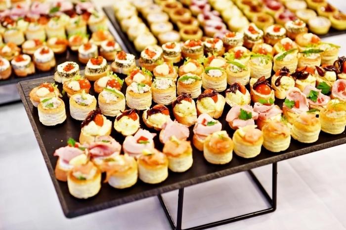 finderfood silvester, tische mit häppchen, süß und sazig, verschiedene varianten, partyessen