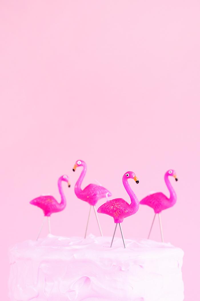 Tolle Idee für Kindergeburtstag, Kerzen in Form von Flamingos, Torte mit weißer Glasur
