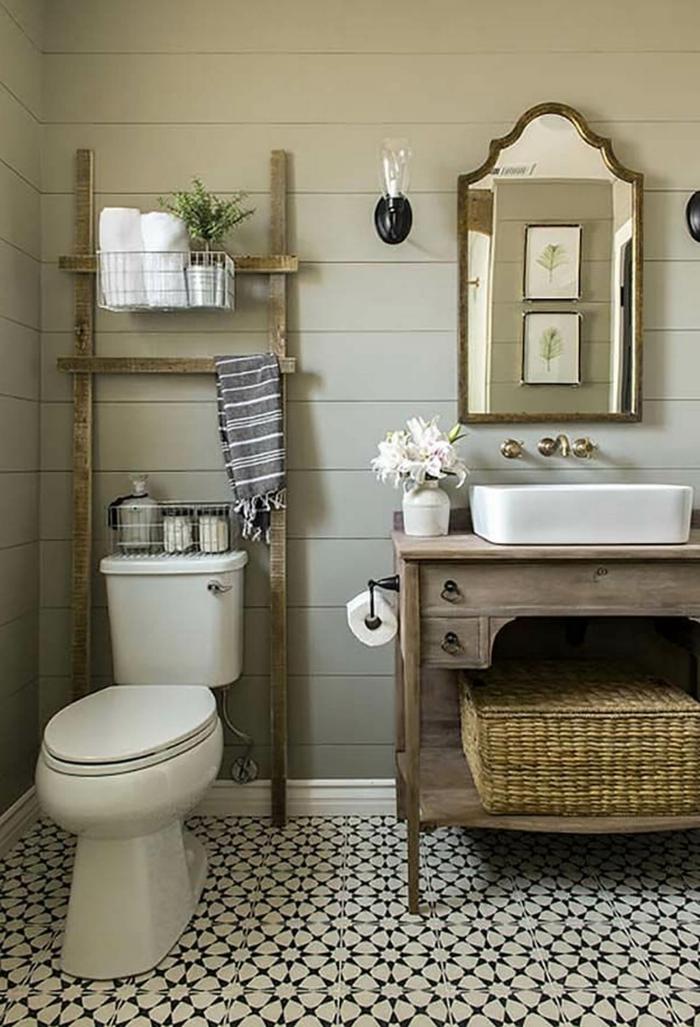 ein Leiter, schwarz weiße Fliesen mit geometrischem Muster, ein Spiegel, Badmöbel Set aus Holz