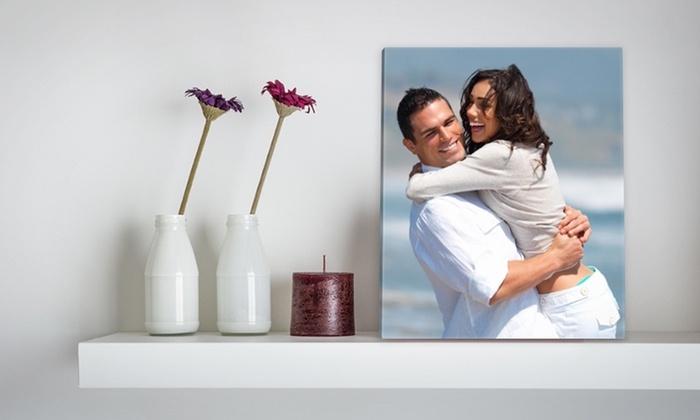 zen deko an der weißen wand, weiße vasen, kerze, duftkerze, aromakerze, blumen, foto von einem frohen paar