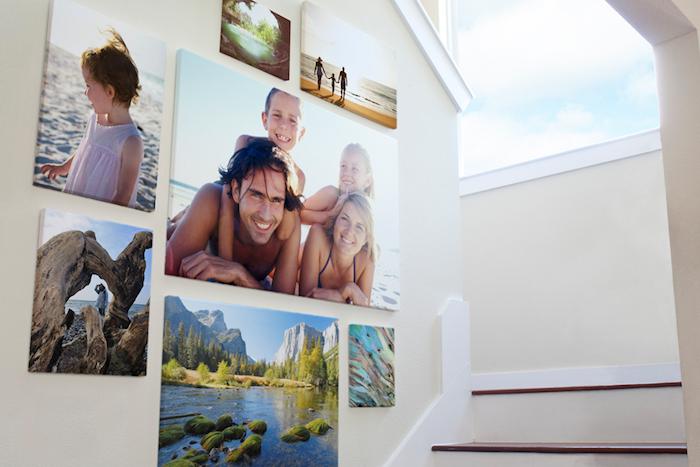 fotoleinwand idee im flur, wanddeko, wandbilder, familie und fotos von den urlaubs, treppe