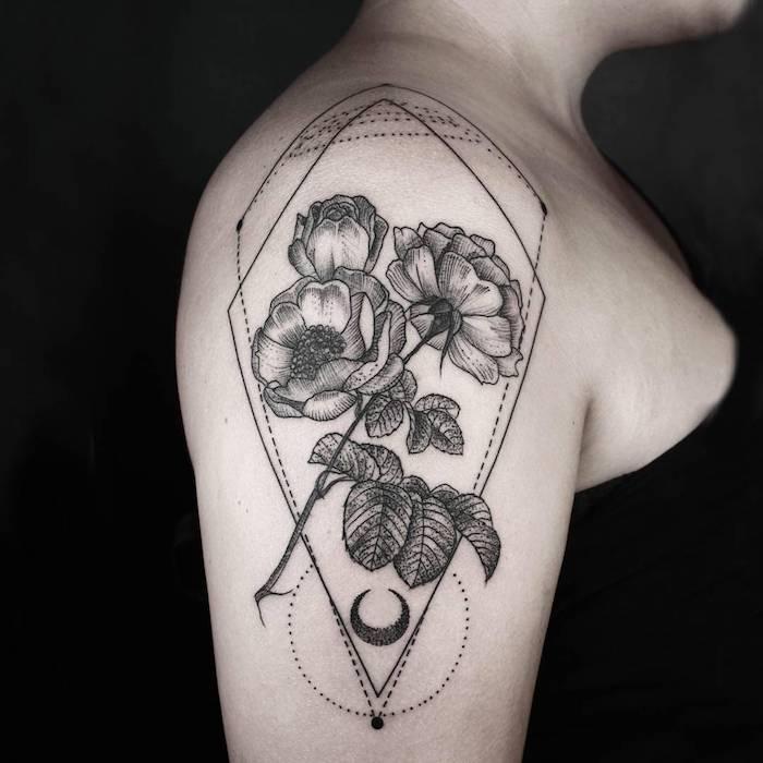 eine frau mit einer hand mit einem großen schwarzen tattoo mit drei schwarzen rosen und blättern und einem schwarzen mond, geometrische tattoos für frauen