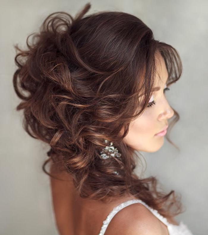 elegante haarstyles für feines haar, große wellen in den haaren, ohrringe, lids, wimpern, weißes kleid eine braut