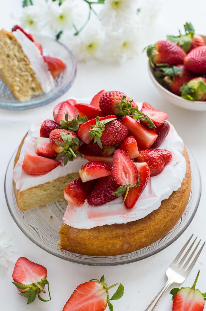 Leichte Sommertorte mit Sahne und frischen Erdbeeren, Nachtisch selber backen