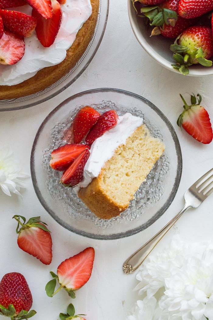 Tortenstück mit Sahne und Erdbeeren, Sommertorte selber backen, leichter Nachtisch
