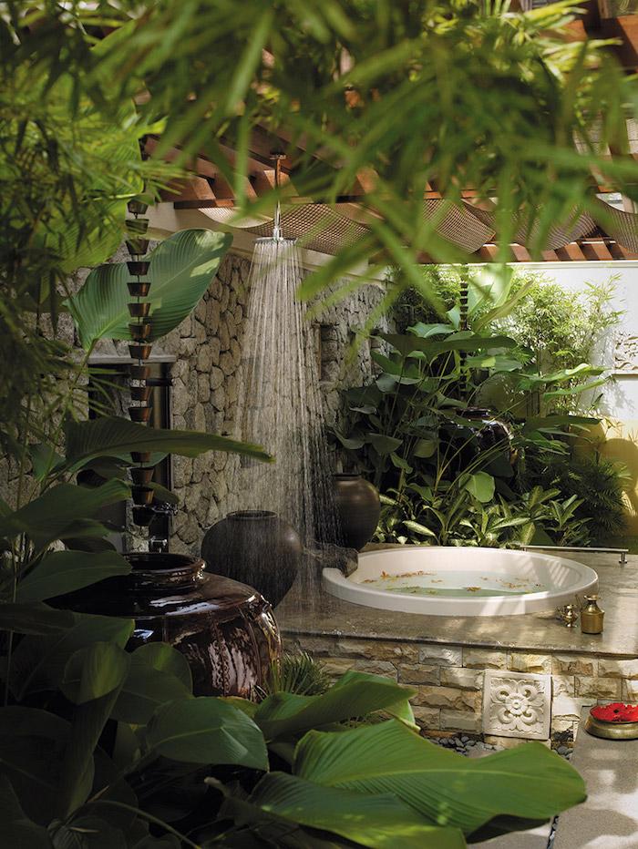 kleine weiße badewanne im garten mit vielen grünen pflanzen und einer gartendusche, gartengestaltung ideen