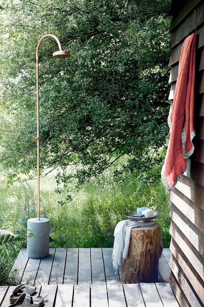 diy ideen für erwachsene, ein garten mit einer gartendusjche und bäumen mit grünen blättern, gartendusche selber bauen